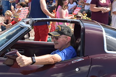 139th Annual 4th of July Parade (Adventurer Dustin Holmes) Tags: 2018 marshfieldmo marshfieldmissouri marshfield missouri event events parade parades outdoor outdoors ozarks july4th 4thofjuly independenceday 139th annual celebration webstercounty midwest army nativeveteran cap hat male man thumbsup