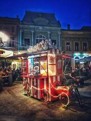 Popcorn (Helene Iracane) Tags: vélo bike popcorn street night nuit nocturne summer novi sad light lumière ville town serbie serbia srbija rouge red architecture vojvodina balkans tourisme tourism photography