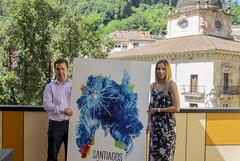 El alcalde Juan Carlos Abascal y la concejala de Cultura Beatriz Gamiz posan con el cartel anunciador de los Santiagos 2018.