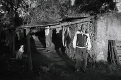 (Walter Daniel Fuhrmann) Tags: bw blancoynegro bn magdalena gente people perro can dog casa viejo old rural hombre man