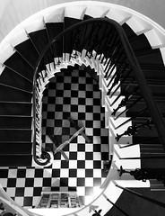 Tŷ Gwy, Cas-gwent (1796) (Rhisiart Hincks) Tags: grisiau diri skalieroù biñs staer staidhir staidhre eskailera escalier stairs stairway pensaernïaeth arkitektura architecture adeiladouriezh tisavouriezh ailtireachd ailtireacht pennserneth casgwent chepstow sirfynwy monmouthshire gwent ue eu ewrop europe eòrpa europa aneoraip a'chuimrigh kembra wales cymru kembre gales galles anbhreatainbheag 威爾斯 威尔士 kimrio valbretland 웨일즈 велс เวลส์ ويلز uells ουαλία velsas walia gallas blancinegre duagwyn gwennhadu dubhagusgeal dubhagusbán blackandwhite bw zuribeltz blancetnoir blackwhite monochrome unlliw blancoynegro zwartwit sortoghvid amgueddfa mirdi museum taightasgaidh iarsmalann museo