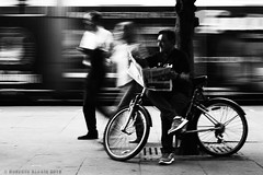 Reading (ralcains) Tags: sevilla seville siviglia spain españa andalousia andalucia andalusia andalucía blackwhite bw blancoynegro schwarzweis noiretblanc monochrome monocromo monochromatic monocromatico analogue analogica analog argentica argentique leica leicam6 leicam m6 summicron 50mm ferrania ferraniap30 filmferrania film pelicula calle fotografiadecalle street streetphotography ngc telemetrica rangefinder p30