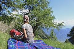 après-midi tranquille au Pans des Modzons (bulbocode909) Tags: valais suisse ovronnaz pansdesmodzons nature montagnes printemps arbres mélèzes couverture personnes vert bleu