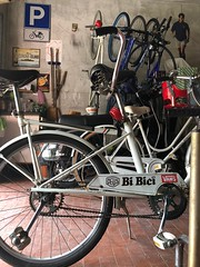 bibici (antoni-op) Tags: prcheggiociclomotori parcheggio bianchi due cinemabar biciclette 2018 red dingdong molle tandem pedali ruota bianco white home homer vespa corona sanpellegrino garage bike vans deusexmachina robertobaggio bicicletta italia