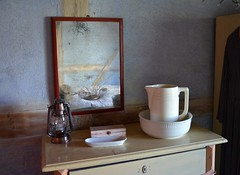 Home, sweet home.... (Tobi_2008) Tags: spiegel mirror zimmer room haus house sachsen saxony deutschland germany allemagne germania lampe lamp krug