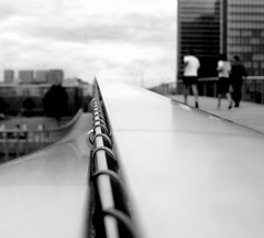 Juste une mise au point... (Sabine-Barras) Tags: france paris monochrome blackandwhite bnw bw bridge people personnes lignes lines city ville urbain urban street rue pont