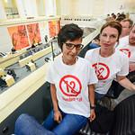 BürgerInnen-Protest auf der Zuschauertribüne während der Sondersitzung des Nationalrates thumbnail