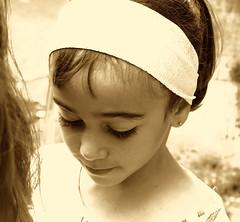Mira que eres linda, qué preciosa eres... (Felipe Sérvulo) Tags: portrait retrato ojos ojazos guapa niña chica monocolor sepia natural