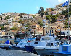 DSC01407 (Eu_sou_Catherine) Tags: vacaciones2016 grecia symi calle łódki barcos ciudad miasteczko kolory verde azul aventura belleza flaga bandera cielo bote agua edificios