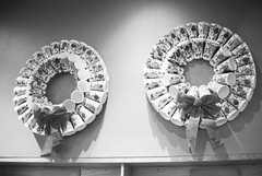 A2e-21Jan2018-HP5Plus-008 (aaron_anderer) Tags: believeinfilm film 35mm bw bn blackandwhite ilford iso400 coffee starbucks holiday cups wreath