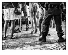 À chacun sa hauteur, à chacun sa longueur.. (francis_bellin) Tags: 2018 noiretblanc streetphoto street jupes blackandwhite rue photoderue monochrome uzès talons mai