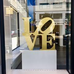 #nyc #manhattan #uppereast #building #storefrontdisplay #gallery #sculpture #gold #artist #robertindiana #love (kanewithacamera) Tags: nyc manhattan uppereast building storefrontdisplay gallery sculpture gold artist robertindiana love