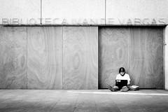 Biblioteca (fernando_gm) Tags: monochrome monocromo monocromatico blackandwhite bw blancoynegro biblioteca library man person people persona human humano simplicity simple street spain madrid fujifilm fuji f14 35mm xt1 calle callejera closed cerrado airelibre