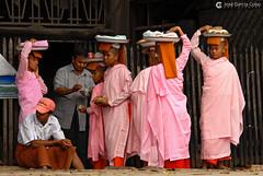 11-10-03 Myanmar (789) O01 (Nikobo3) Tags: asia myanmar burma birmania mandalay culturas color people gentes portraits retratos monjes monks social travel viajes nikon nikond200 d200 nikon7020028vrii nikobo joségarcíacobo