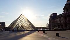 Louvre in backlight (kalakeli) Tags: louvre louvremuseum paris 2018 july juli france frankreich louvrepyramide pyramide gegenlicht backlight