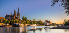 Regensburger Dom bei Sonnenuntergang (florianfrank1) Tags: regensburg sonnenuntergang sommer donau dom kirche nd canon schiffe weiches licht ufer sunset summer cathedral church spiegelung reflection riverside steinerne brücke bridge boat steamboat raddampfer