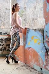 Oh My Gode Secret (24) - La Bréole - Avril 2018 (Le Rêv'elle ateur) Tags: canon eos 6d eos6d canon70200f4 paca alpesdehauteprovence labréole durance modèle bérengère shooting extérieur outside urbex abandonné abandoned délabré ruined désaffecté disused decay legging tag graffiti mur wal ltalonshauts highheels chaussures shoes escarpin