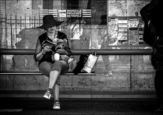 Doudou et romantisme.../ Cuddly toy and romanticism... (vedebe) Tags: netb noiretblanc nb bw monochrome humain human bus ville city rue street urbain urban urbanarte