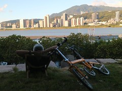 八里媽媽嘴.老包:「這樣躺真的涼,不同高度爽度不同」 (nk@flickr) Tags: friend taiwan cycling 20180714 台湾 台北 taipei 八里 bali 台灣 bobby canonefm22mmf2stm