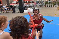 """El presentador Luis """"Loco"""" Brusca regalando una flor en el festival per Amor a L'HArt 2018 (Cíclope0) Tags: circo circus globos presentador calle street flor flower"""