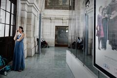 La femme en attente à la gare e La Rochelle (Paolo Pizzimenti) Tags: larochelle rochefort charente femme puce théâtre paolo olympus 12mm f2 f18 film pellicule argentique m43 mirrorless doisneau 17mm