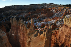 Bryce Canyon - Jaggy Mountainside (Drriss & Marrionn) Tags: travel utah usa landscape landscapes mountains desert rock rockformation ridge cliff cliffs mountainside canyon brycecanyon red sand mountain snow nature trees forest brycecanyonnationalpark