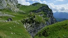 Refuge de la Tournette - entre verdure et falaises (ViveLaMontagne67) Tags: france alpes alpen alps bornes tournette annecy refuge falaises herbe vert verdoyant verdure green grass cliffs mountain landscape 250v10f 500v20f