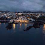 Night reflection of resort city in the ocean / Nachtreflexion der Urlaubsstadt im Ozean thumbnail