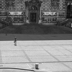 Âme seule (axel274) Tags: canon g5x lausanne powershot romandie schweiz suisse switzerland vaud riponne square nb bw
