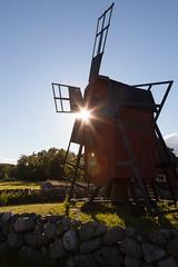 väderkvarn på Åland (Traumfotos Trautmann) Tags: schweden silhouette sonnenlicht sonnenschein südschweden windmühle öland väderkvarn åland windmill insel island ostsee balticsea sweden sverige himmel sky sunshine gegenlicht sonne sun sonnenuntergang sunset sunrise schatten shadows baum bäume tree trees canon canoneos5dii canoneos5dmarkii canonef241054lisusm flares