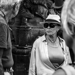 Looking through the dark glasses (Rambofoto) Tags: frau sonnenbrille woman people street streetphotographie streetscene streetlife streetsnap candidstreet urbanphotography urbanfragment urbanlive urbanmoment citylive bw monogrome einfarbig personen raw europe photowalk eyes dresden