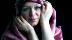 -101 (roberke) Tags: portrait portret woman vrouw female femme femina face gezicht eyes ogen hands handen naturallight daglicht daylight availablelight smile glimlach