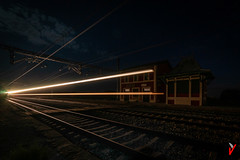 El Mercancías de las Once y Media. (Carlos Velayos) Tags: nocturna nightly luces lights tren train estacion trainstation cielo sky largaexposicion longexposure estela trail ferrocarril trailway lineas lines