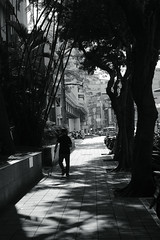 light&shadow@Taipei, Taiwan (Amselchen) Tags: mono monochrome blackandwhite bnw city street streetphtography people light shadow season summer taipei taiwan fujifilm fujinon xt2 fujifilmxt2 xf35mmf14r