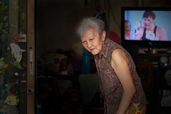 Sathon woman (Thomas Mülchi) Tags: sathondistrict bangkok thailand 2018 photowalk bpg bangkokphotographersgroup people persons person woman tv krungthepmahanakhon th