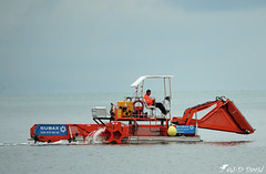 Un drôle d'oiseau sur le lac ou un Crocodile ;o) (Jean-Daniel David) Tags: machine bateau faucardeuse roueàaube orange lac lacdeneuchâtel yverdonlesbains suisse suisseromande vaud faucheuse e reflet