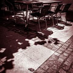 Attendre (Napafloma-Photographe) Tags: france noiretblanc bw bandw blackandwhite chaise ombres fr aveyron streetphotography