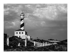 Solitario rey vigía / lonely lookout king (Luis kBAU) Tags: faro nubes lighthouse sea solitario lonelyness