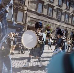 Yashica mat-124 (Tangible_HTS) Tags: yashica argentique film camera scotland ecosse travel streetphoto filmcamera edimbourg edinburgh people music parade military official