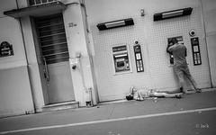 est-ce ainsi que les hommes vivent ? (Jack_from_Paris) Tags: l2011628bw leica m type 240 10770 leicasummicronm35mmf2asph 11879 35mm lightroom capture nx2 noiretblanc bw rangefinder télémétrique dng mode wide angle street paris 13 pauvreté contraste avenue urban urbain distributeur cache sdf