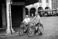 Old friends (Roberto Spagnoli) Tags: friends bicycle bicicletta amicizia friendship fotografiadistrada streetphotography biancoenero blackandwhite monocromo people italia italy talk conversation sandals