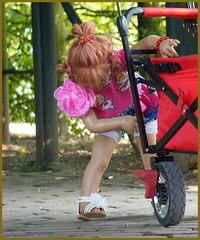 Sanrike ... guck mal, die Fußbremse ist super ... (Kindergartenkinder 2018) Tags: shloss arcen venlo limburg kindergartenkinder sanrike annemoni tivi bebé nannett milina