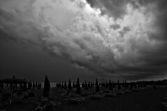 DSC_7521_4747 . August 15 2018.  Ferragosto al mare. (angelo appoloni) Tags: mare spiaggia ombrelloni temporale arrivo bianco e nero 15 agosto 2018 sea beach parasols incoming thunderstorm black white august 15th