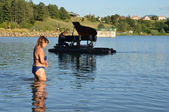 """""""Tiens, un piano !"""" (RarOiseau) Tags: lacdepelleautier lac hautesalpes montagne musique spectacle"""