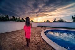 Una luz de esperanza (carlosizquierdovazquez) Tags: dawn whater swimingpool agua piscina alfa7ii a7ii sony 14mm samyang cloud nubes atardecer sunset sol children niña niño