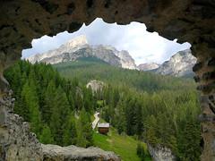 Les Dolomites (FloDL) Tags: italia italie livinallongodescoldilana castellodiandraz veneto dolomites dolomiti montagne château vénétie sapins cabane cabaneenbois pointdevue moyenâge fenêtre