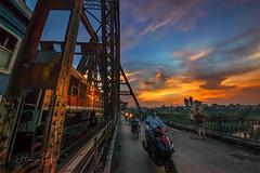 _DSC7417-0718 Long Bien Bridge (HUONGBEO PHOTO) Tags: hoànghôncầulongbiên cầulongbiên sigma1224mm sonyirce7r city travel longbienbridge photography beautiful colorful bridge train sky clouds sunset