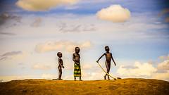 """Globalización (como título alternativo tambien puede valer: """"Y vino Dios y puso esta estampa delante de mi cámara"""") (pepoexpress - A few million thanks!) Tags: nikon nikkor d750 nikond75024120f4 nikond750 24120mmafs pepoexpress flickr africa ethiopia dassanech niños travel traveltrypviaje"""
