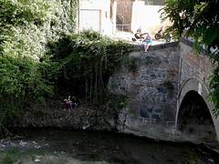 Granada (Giangaleazzo) Tags: ponte bridge granada spagna spain nikon coolpix river fiume coppia girl water acqua