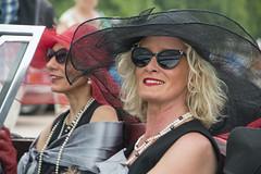 _DSC3188 (leroux.maximilien62) Tags: caen calvados normandie normandy france frankreich chapeau hat hut lunettes brillen glasses sonnenbrillen lady collier perles neckplace rouge noir lipstick